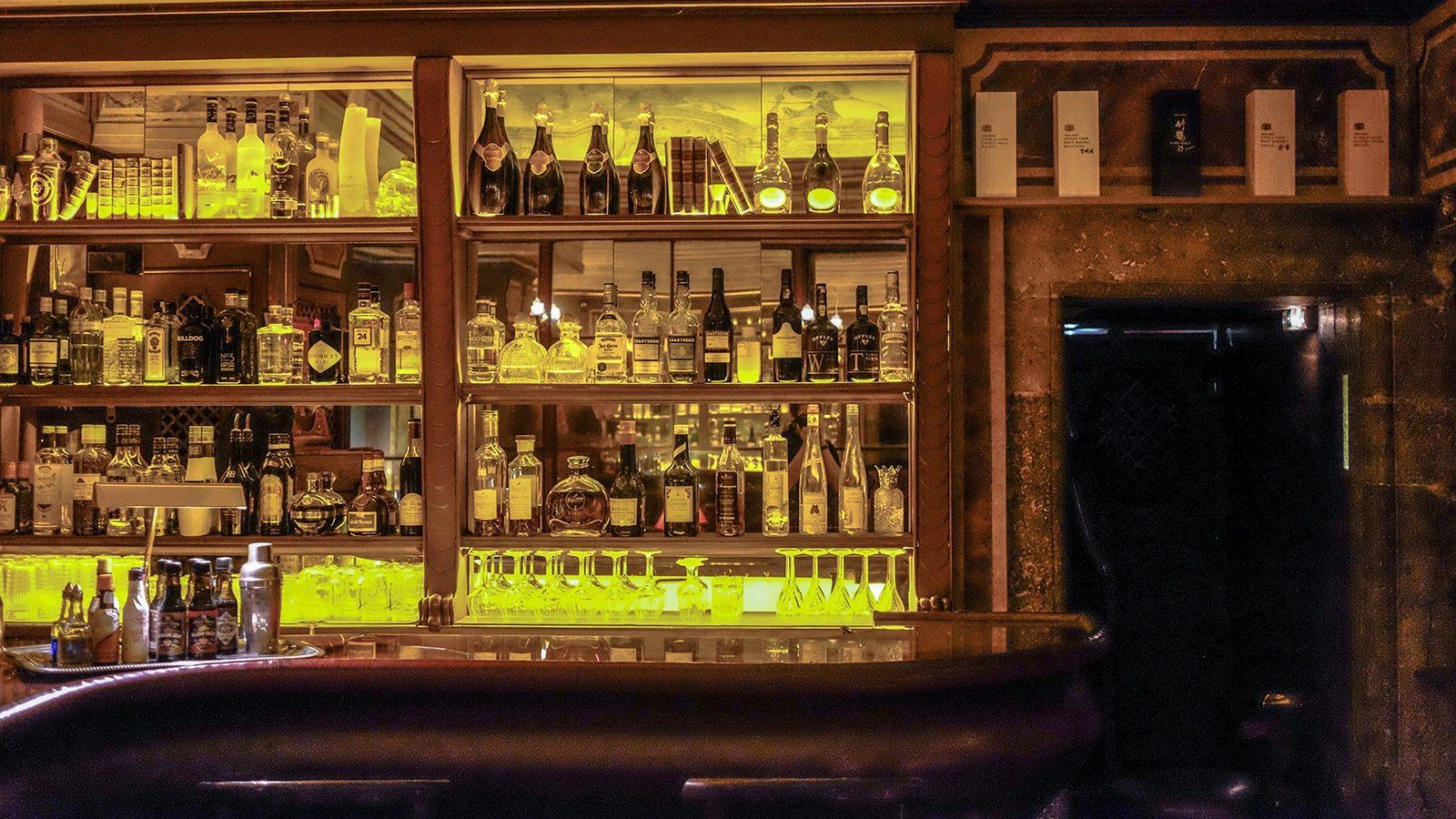 Ce soir là, au bar à cocktails Le Passage à Lyon.