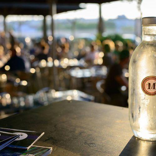 Bar le Mondrian offre une belle terrasse sur les berges du Rhône.