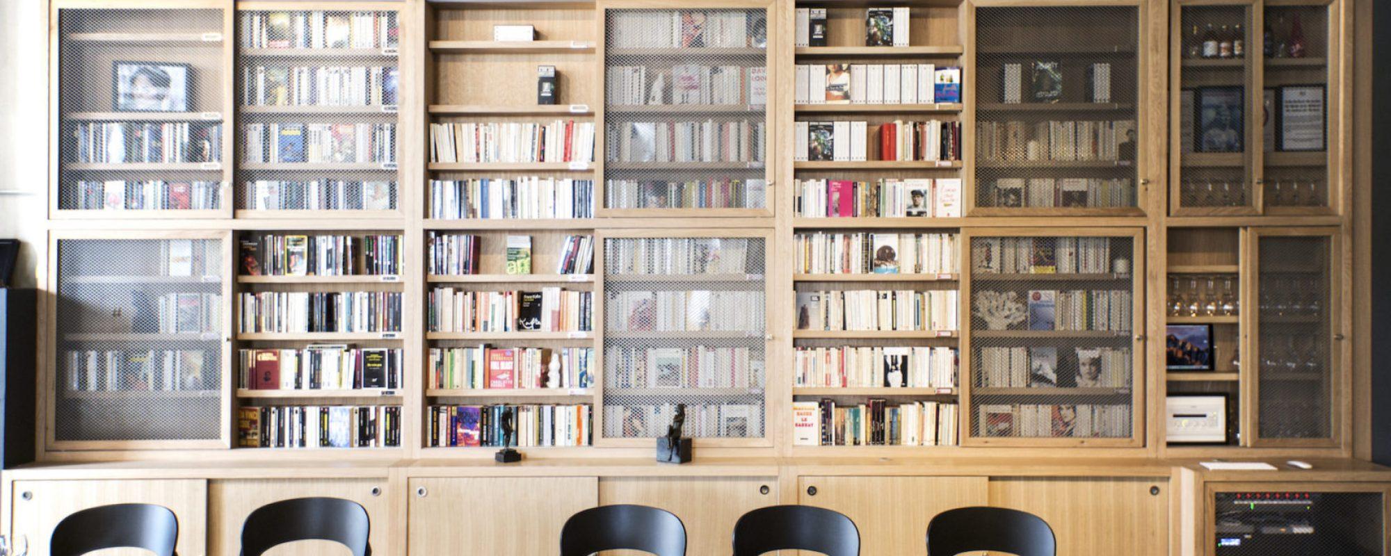 la bibliothèque du restaurant mob hotel lyon